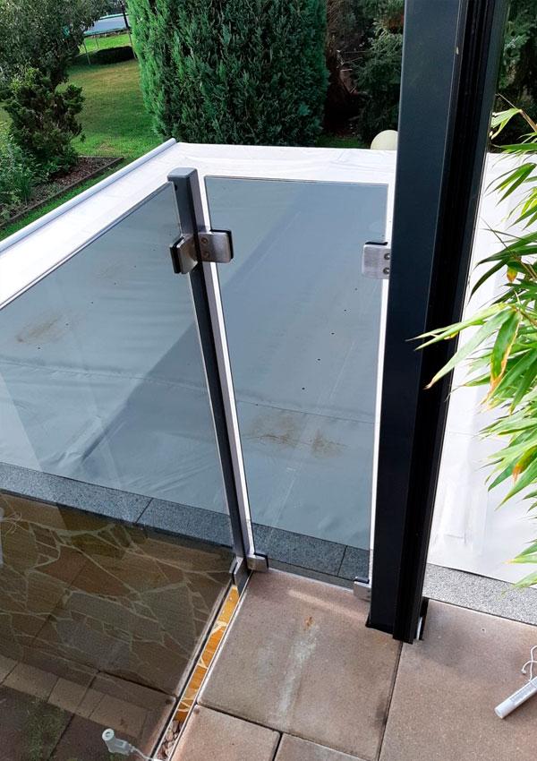 Stahlsäulen verzinkt und Pulverbeschichtet mit Edelstahlglashalter und Glas