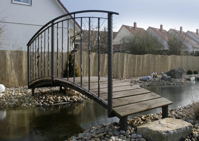 Teichbrücke mit Geländer