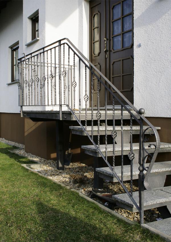 Außentreppe mit schmiedeeisernem Geländer